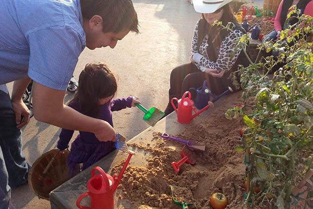 28a4e35fe Mi sobrina Ivanna con su papá aprendiendo sobre cultivo. Foto © Vanessa  Lucero