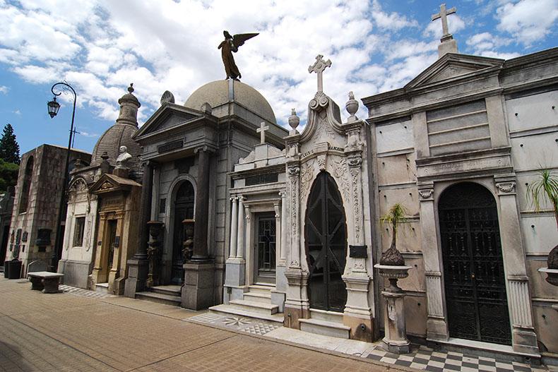 Mausoleos e historias del impresionante cementerio de la Recoleta – La Trotamundos
